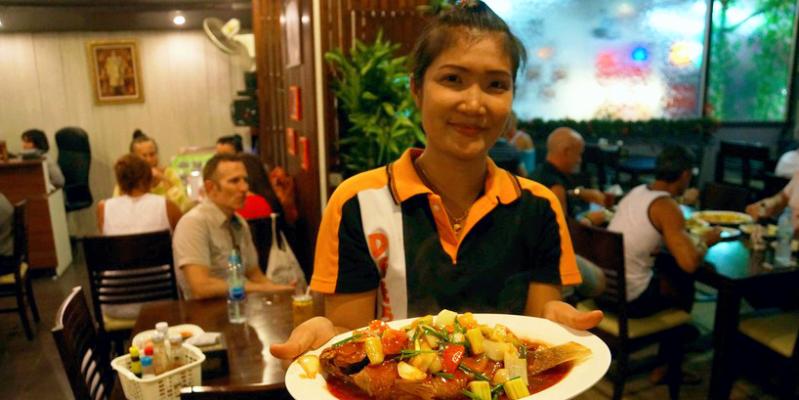 chaevye, официант тайланд, чаевые в тайланде, кафе тайланд