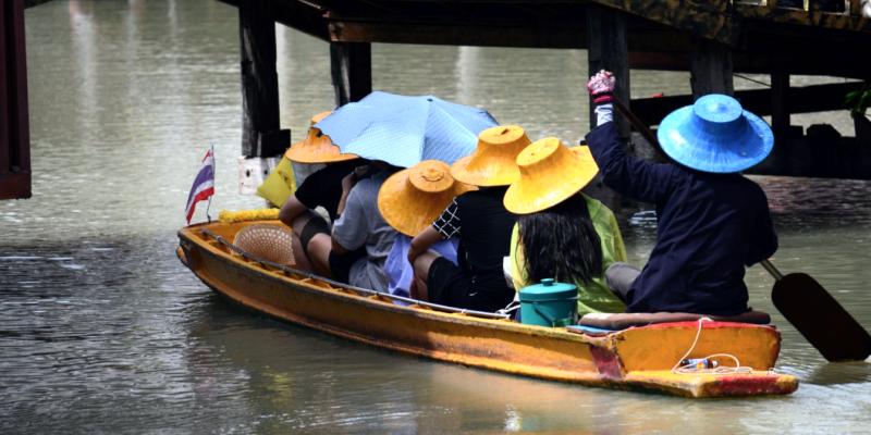Плавучий рынок паттайя, тайцы на лодке, каяки