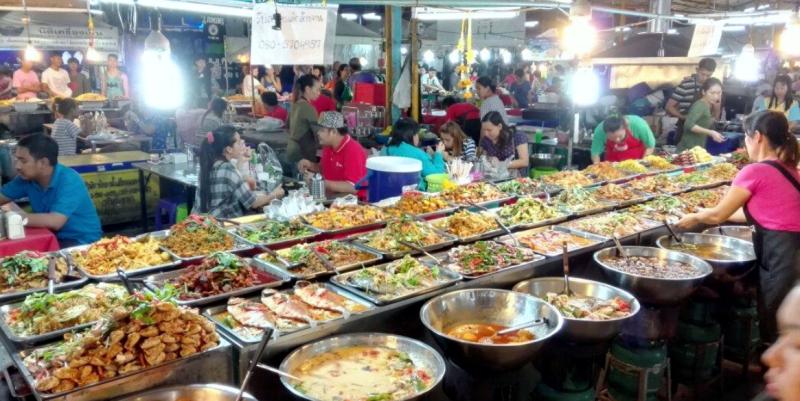 Еда на рынке Тепразит в Паттайе, Таиланад