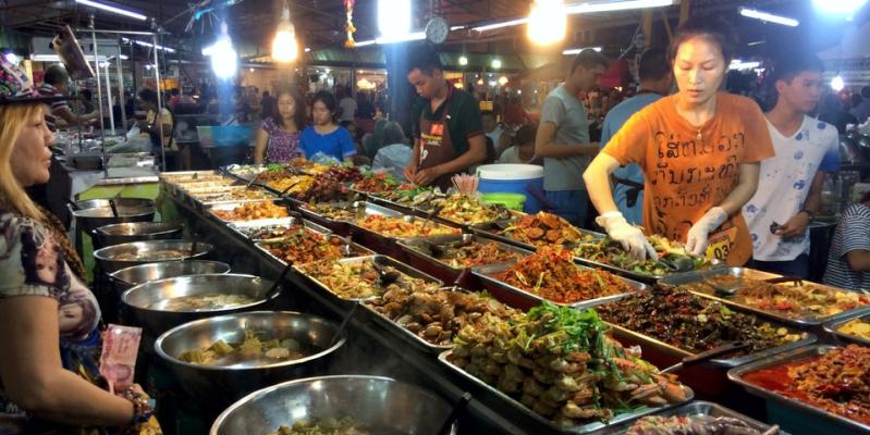 Еда на рынке Тепразит Паттайя, Таиланд