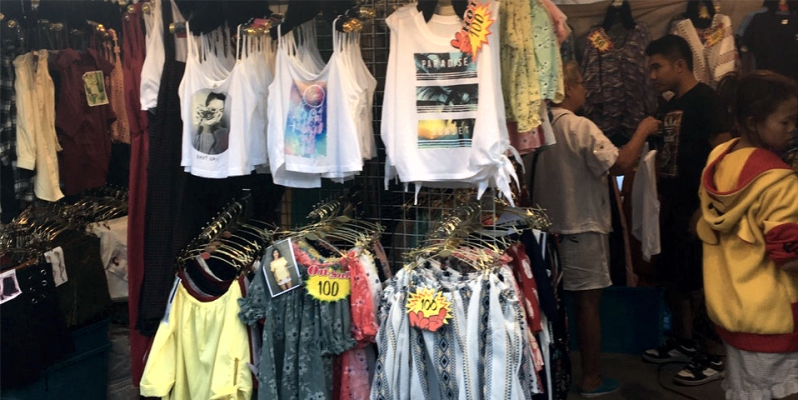 Одежда на рынке Тепразит в Паттайе, Таиланд