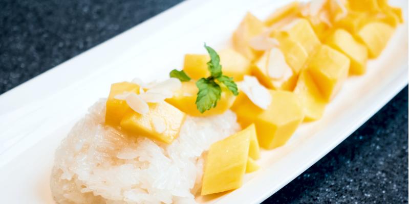 Липкий рис с манго в кокосовом молоке