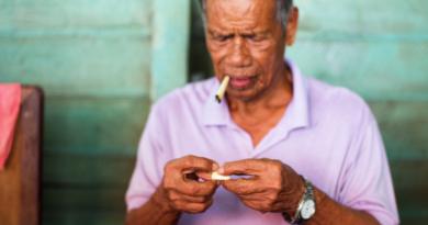 сигареты в Тайланде, таец с сигаретой