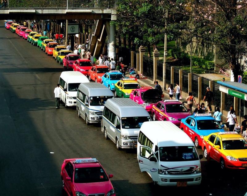 Яркое тайское такси (taxi metr) в ожидании клиентов