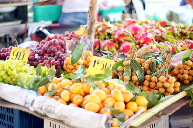 Тайские фрукты на прилавке на тайском рынке