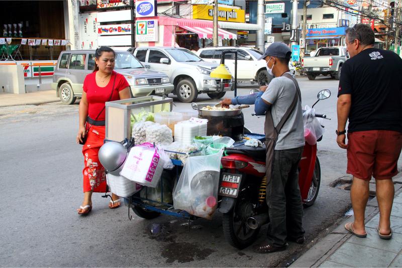 Тайская макашница, приготовление Пад Тай на улице
